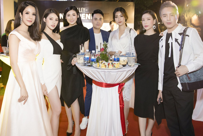 Hoa hậu Lam Cúc (thứ hai từ phải qua) và stylist Mạch Huy (ngoài cùng bên phải) hội ngộ nhiều bạn bè ở Hà Nội.