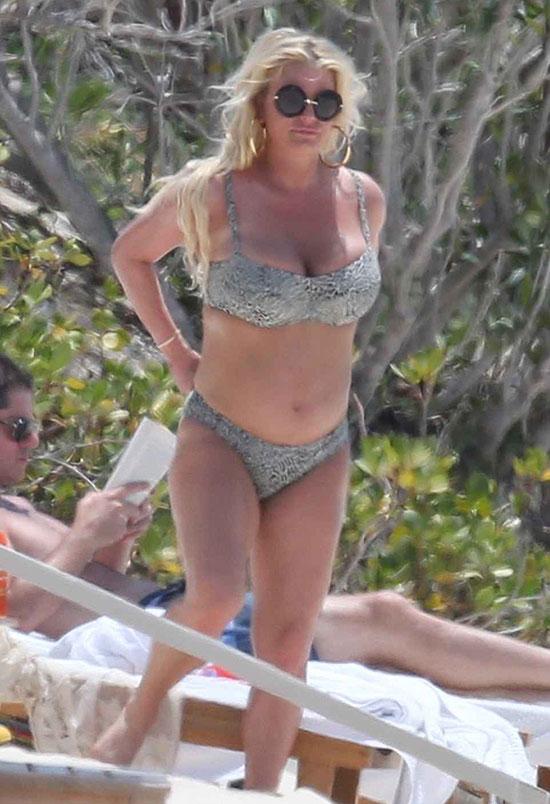 Jessica Simpson đang có chuyến du lịch tới đảo Bahamas cùng ông xã. Cô được trông thấy mặc bikini da báo trên bãi biển hôm 27/4.