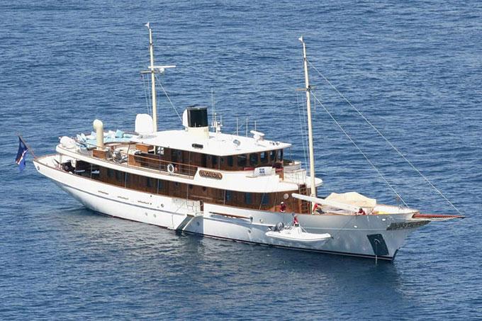 Với niềm đam mê du lịch và đại dương, nhiều ngôi sao Hollywood khác cũng đã tậu du thuyền. Tài tử Johnny Depp mua một chiếc du thuyền lộng lẫy sau khi đóng loạt phim Cướp biển vùng Caribbe. Tên chiếc du thuyền là Vajoliroja, được viết tắt từ tên của Johnny, bạn gái cũ Vanessa Paradis, cô con gái Lily Rose và cậu con trai Jack.