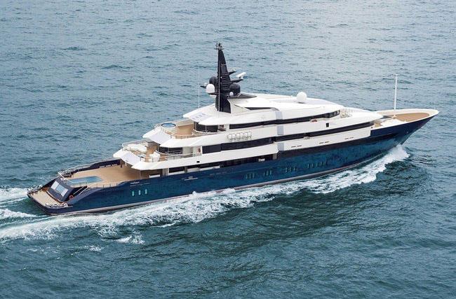 Du thuyền Sevn Seas của đạo diễn - tỷ phú Steven Spielberg dài 86m, trên boong có bể bơi với tường kính cao 4,5m. Trong du thuyền thậm chí có cả một rạp chiếu phim thu nhỏ.