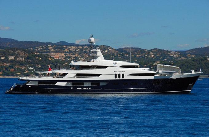 Bono của nhóm nhạc U2 là chủ nhân của du thuyền mang tên Cyan dài 49m.