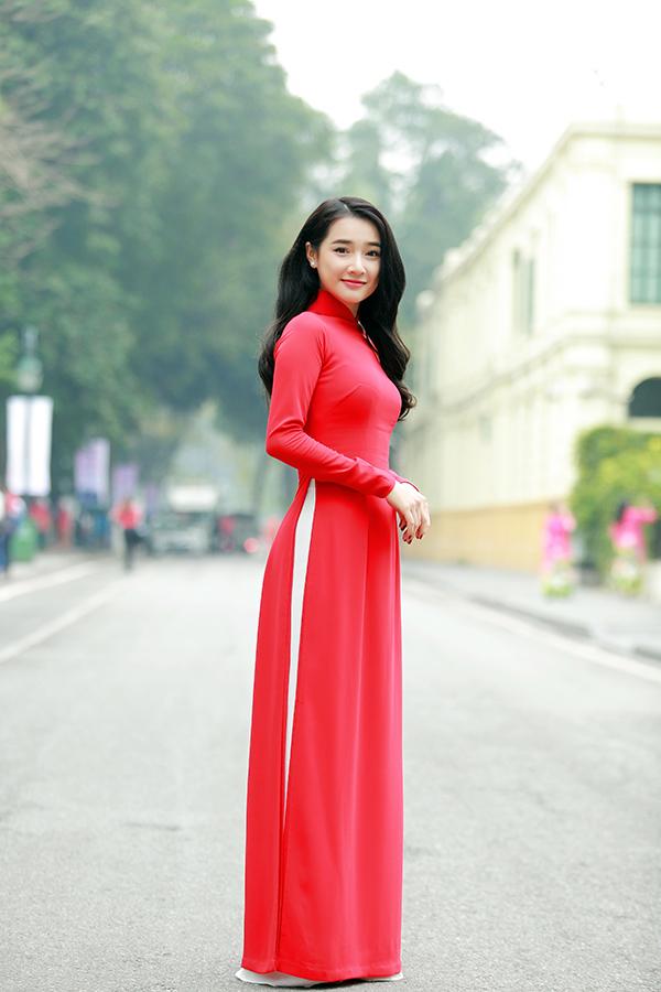 Ngày 28/4, Nhã Phương xuất hiện tại phố đi bộ Hà Nội tham gia lễ phát động Tháng nhân đạo do TW Hội chữ thập đỏ tổ chức.