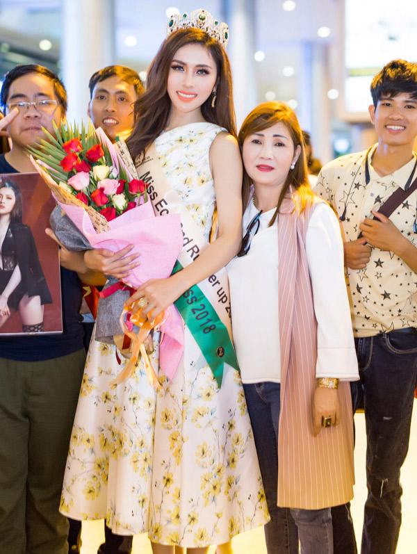 Người thân, bạn bè và một số khán giả ra sân bay đón Thư Dung về nước.