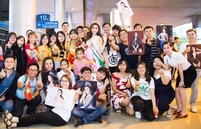 Á hậu rạng rỡ chụp ảnh cùng các fan ở sân bay trước khi về nhà nghỉ ngơi.