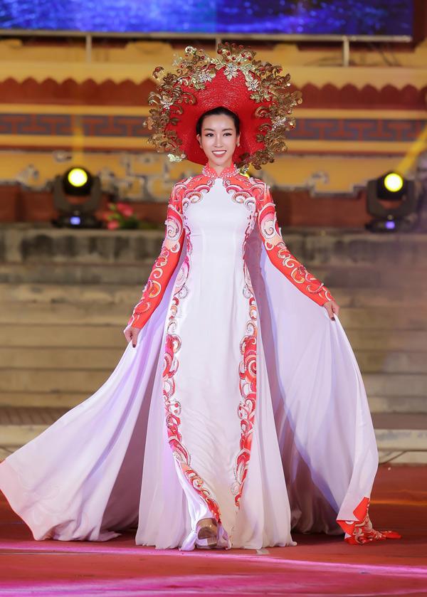Đỗ Mỹ Linh xuất hiện ở phần cuối tiết mục thời trangThuở vàng son,thuộc khuôn khổ Festival Huế 2018.