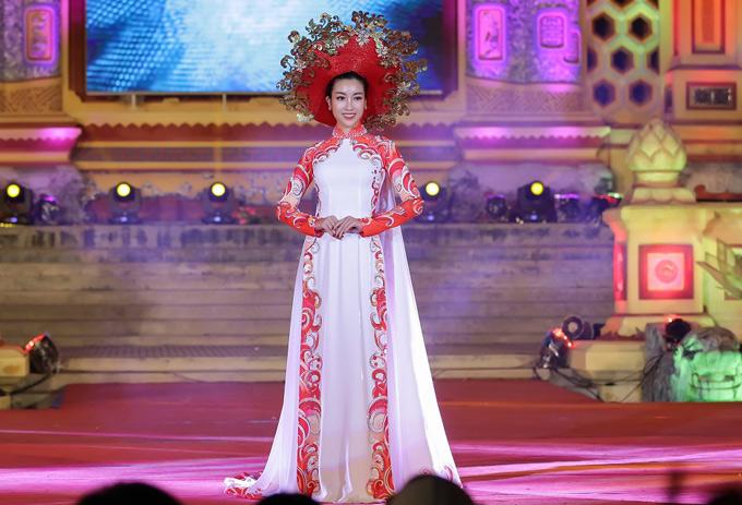 Hoa hậu diện bộ áo dài đính 5.000 viên pha lê kết hợp ngọc trai trên mấn và thân áo.