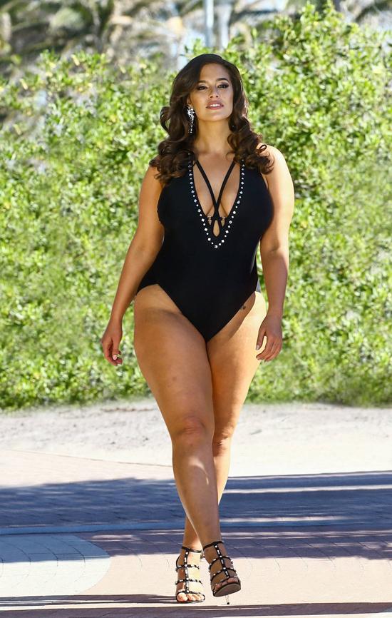 Ashley Graham đã quyết định quảng bá cho bộ sưu tập áo tắm hè 2018 của cô bằng loạt ảnh do paparazzi chụp hoặc ảnh chưa hề photoshop. Không bóp đùi, bắp tay, không làm mờ những vết sần sùi thô ráp trên da, Ashley xuất hiện với vẻ đẹp hoàn toàn tự nhiên.