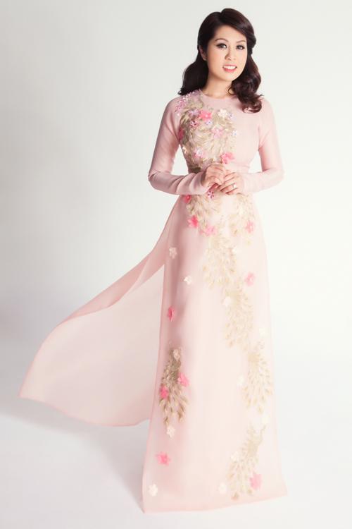 Nữ ca sĩ Trina Bao Tran cũng đưa ra thêm một lựa chọn cho các nàng dâu với chiếc áo dài tông màu trung tính đính hoa 3D. Mẫu áo này có thể phù hợp với nhiều không gian tiệc cưới.