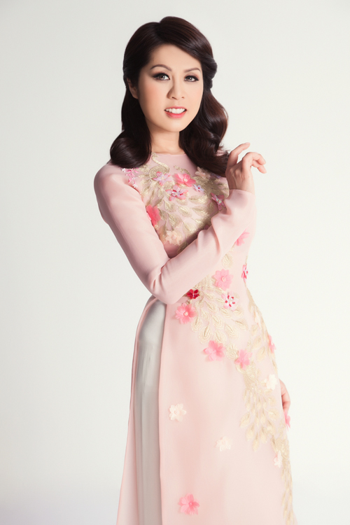 Bộ ảnh được thực hiện với sự hỗ trợ của stylist Tân Đà Lạt, photo Tom Nguyễn, makeup Dũng Phan & Vương Khiêm, hair Trâm Anh, trang phục NTK Thủy Nguyễn.