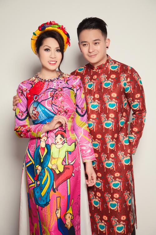Dáng áo thiết kế không cầu kỳ và có độ ôm nhẹ, đảm bảo cho cô dâu, chú rể có thể thoải mái tham gia vào những hoạt động vận động trong buổi lễ.
