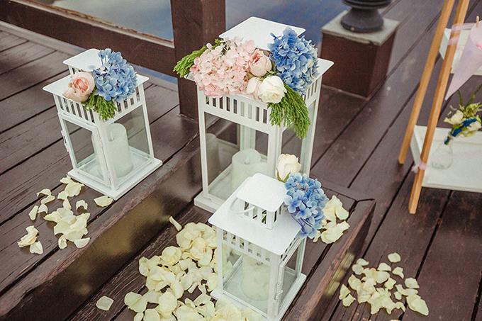Những khóm hoa cẩm tú cầu xanh hồng tạonét cổ điển cho hôn lễ.