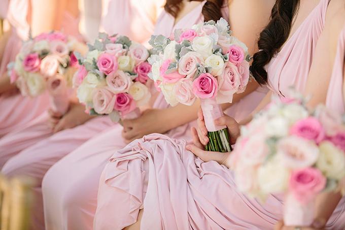 Các nàng phù dâu cũng có hoa cầm tay tương tự hoa trang trí tại sảnh tiệc.