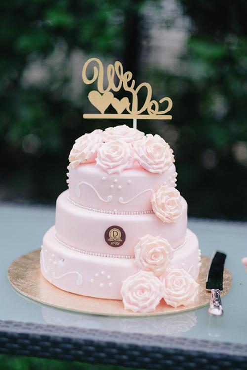 Bánh cưới màu hồng trở nên thật nổi bật với những bông hoa hồng 3D.