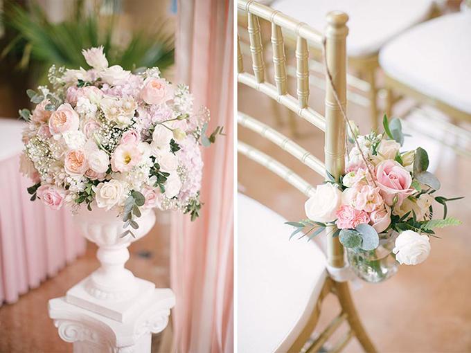 Những trụ hoa, giỏ hoa gắn ở ghế ngồi cùng loại với hoa cầm tay cô dâu.