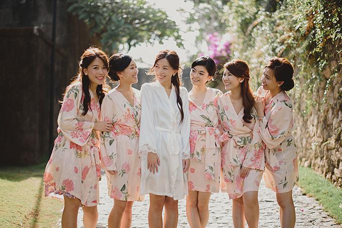 Cô dâu chọn áo choàng mang hoạ tiết hoa lá cho dàn phù dâu để đi spa thư giãn trước giờ G.