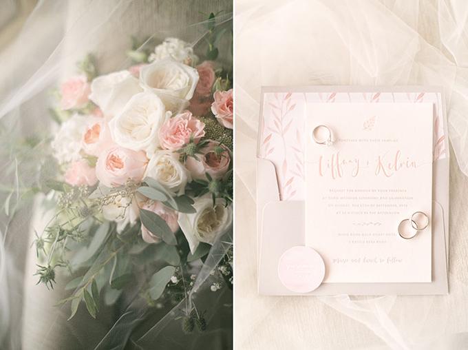 Bó hoa cưới được kết từ hoa tường vi mang sắc hồng và trắng. Còn tấm thiệp cưới thể hiện phong cách chủ đạo của hôn lễ, mang màu sắc cổ tích và ngọt ngào.