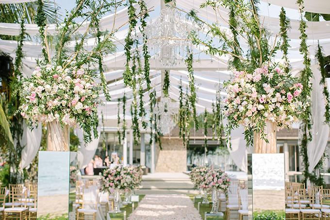 Không gian tiệc được bao quanh bởi hoa nhưng đem đến cảm giác ngột ngạt.