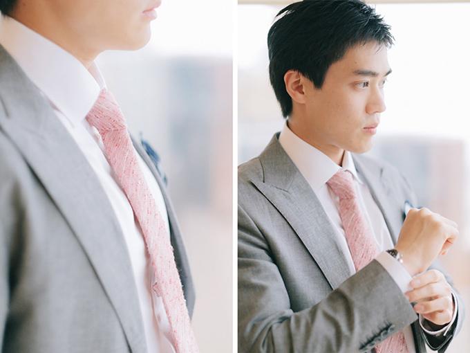 Chú rể xuất hiện cùng chiếc cà vạt màu hồng ăn rơ với màu của không gian chung.