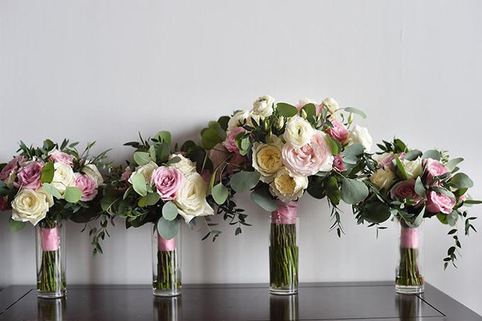 Hoa cầm tay của cô dâu và phù dâu mang sắc hồng, trắng, vàng.