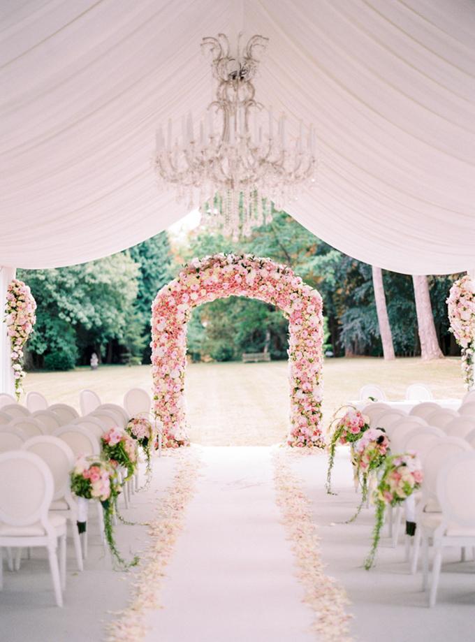 Cổng chào rực rỡ với sắc hồng tươi tắn từ những cánh hoa.