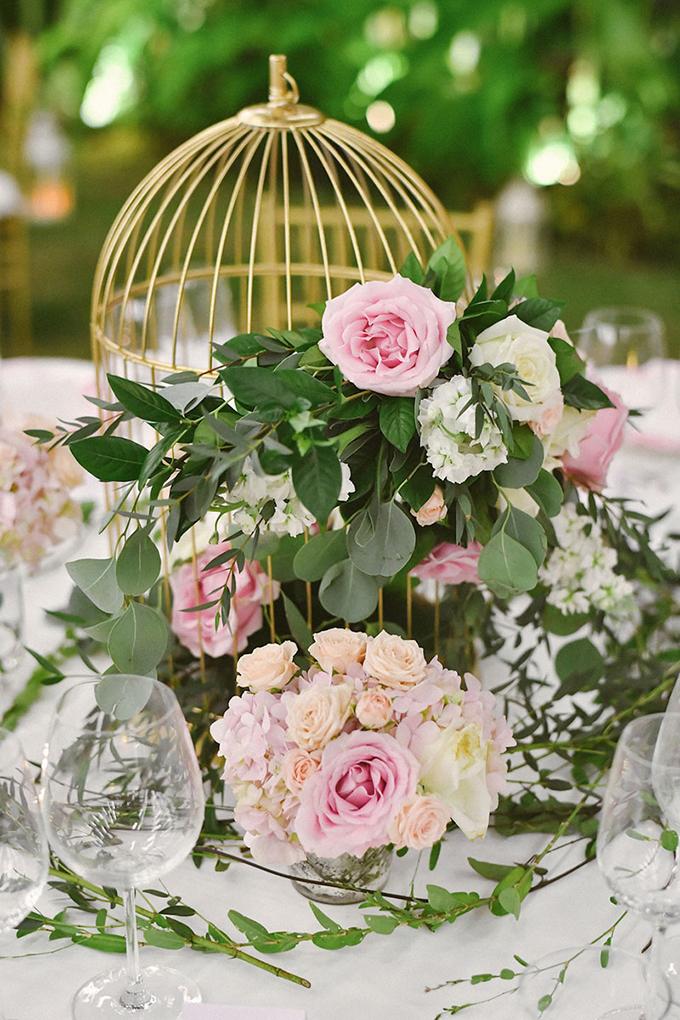 Ý tưởng đặt chiếc lồng hoa trên bàn tiệc là một chi tiếtthú vị trong đám cưới này.