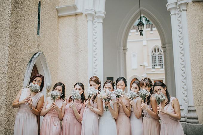 Với chiếc váy trắng tinh khôi, cô dâu trở nên xinh đẹp, dịu dàng hơn. Những nàng phù dâu trong trang phục hồng làm không khí đám cưới tươi tắn, rực rỡ hơn.