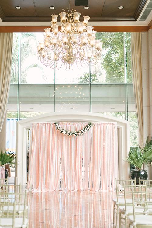 Cổng chào của hôn lễ được gắn rèm che màu hồng khổ lớnấn tượng.
