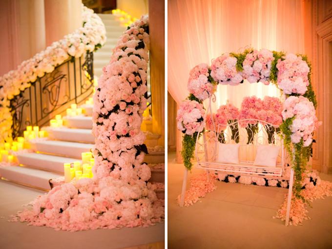 Lối vàodẫn đến các bàn tiệc trong nhà được trang trí bởi nhữngbó hoa hồng.