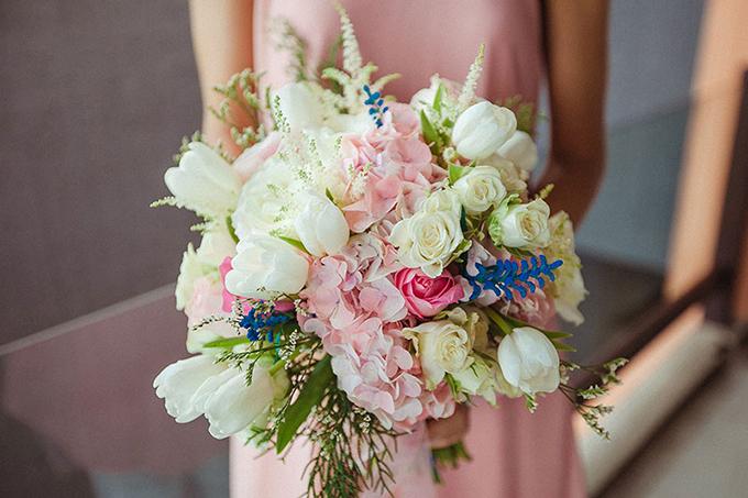 Đám cưới nổi bật và độc đáo với hai màu sắc tương phản: xanh navy - hồng.