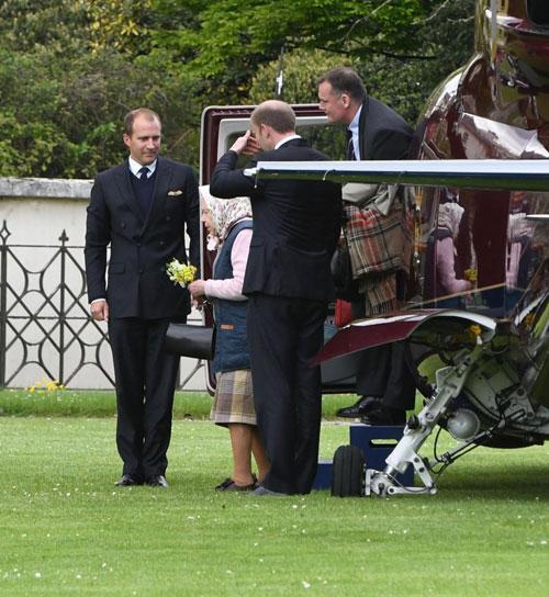 Nữ hoàng Anh ăn mặc giản dị trong lần đầu đến thăm chắt trai mới sinh