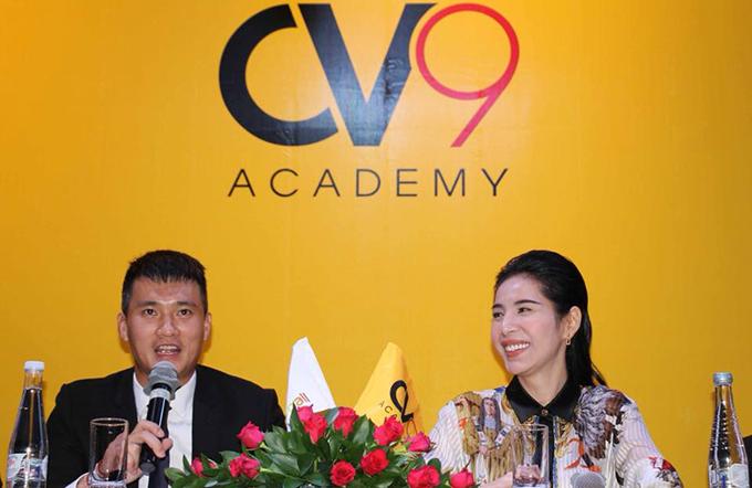 Công Vinh và bà xã Thủy Tiên trong buổi họp báo giới thiệu học viện bóng đá CV9.