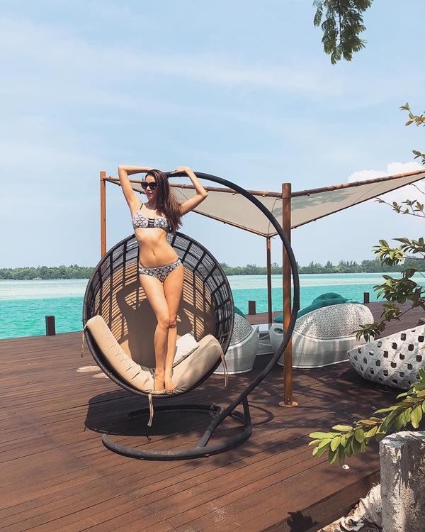 Hoa hậu thường diện những bộ bikini họa tiết cành cọ, hoa nhiệt đới.