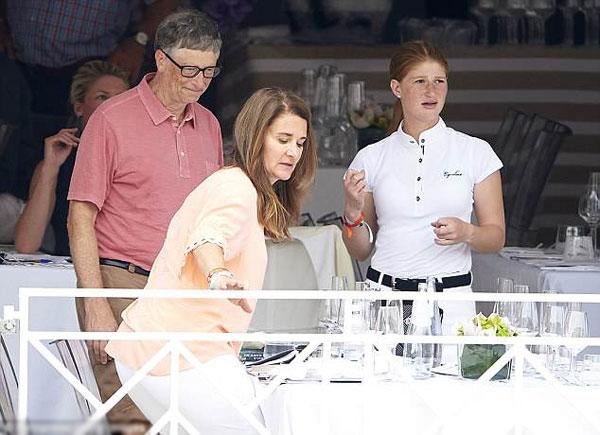 Bill Gate cùng vợ và con gái trong một giải đua ngựa tại Monaco năm 2017. Ảnh: Fotopress.