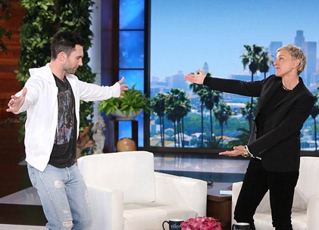 Ellen và Adam Levine trong talkshow The Ellen DeGenres. Ảnh: The Justjared