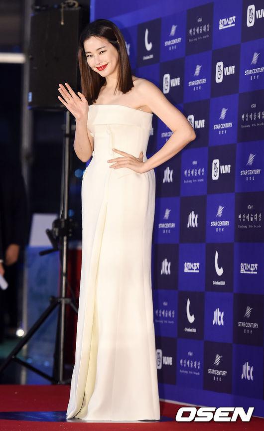 Cặp chịđẹp Son Ye Jin - Yoo tình tứ sánh vai trên thảmđỏ - 11