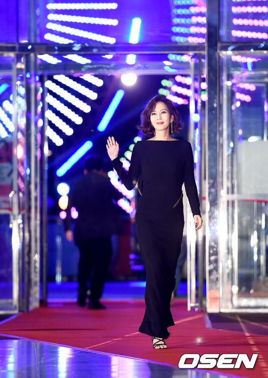 Cặp chịđẹp Son Ye Jin - Yoo tình tứ sánh vai trên thảmđỏ - 10