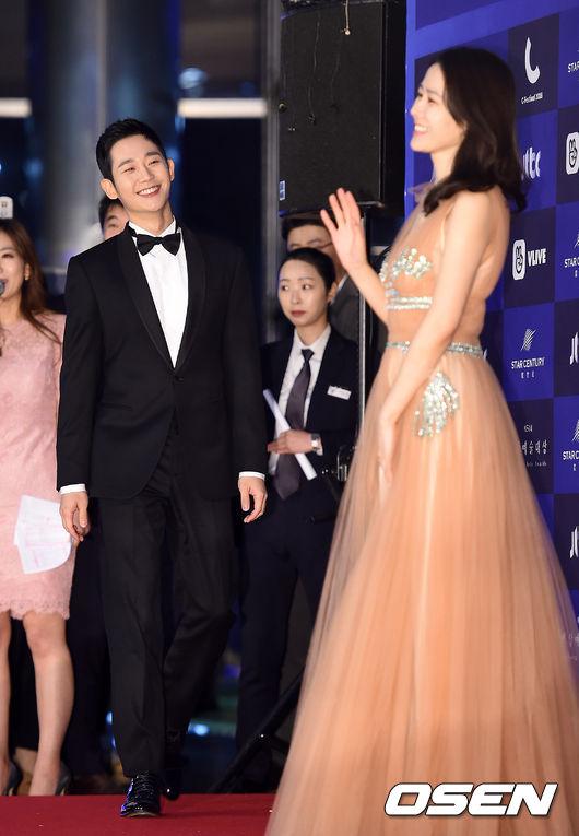 Cặp chịđẹp Son Ye Jin - Yoo tình tứ sánh vai trên thảmđỏ - 1