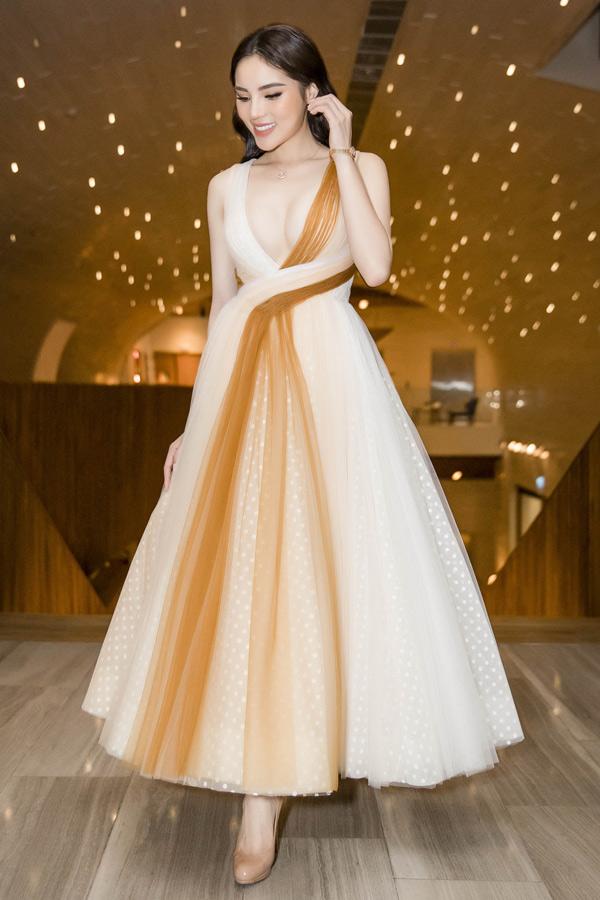 Kỳ Duyên gây chú ý khi diện thiết kế hở ngực của Lê Thanh Hòa đi sự kiện.