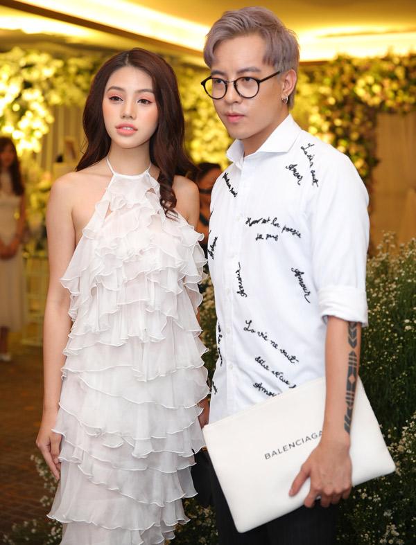 Hoa hậu Jolie Nguyễn và stylist Mạch Huy cũng diện trang phục trắng đi đám cưới.