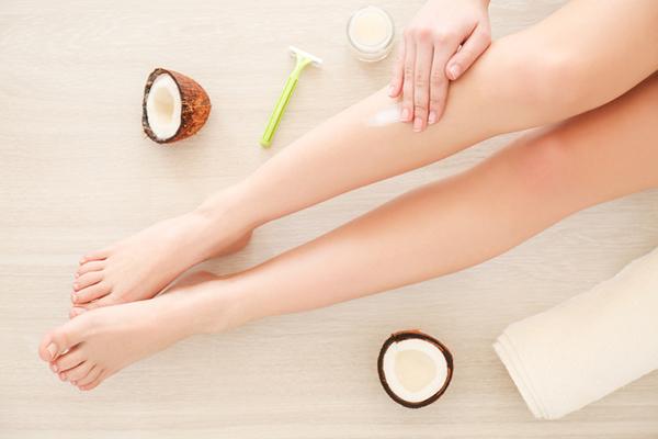 Dầu dừa Dầu dừa rất giàu vitamin E và các axit béo, vừa nuôi dưỡng, giúp làm mềm da, vừa cải thiện sắc tố da.