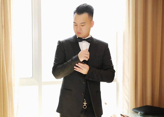 Chàng thiếu gia mặc vest tuxedo cổ điển, trông rất lịch lãm, bảnh bao.
