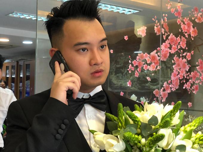 Chú rể gọi điện thoại cho cô dâu thông báo nhà trai bắt đầu lên đường.
