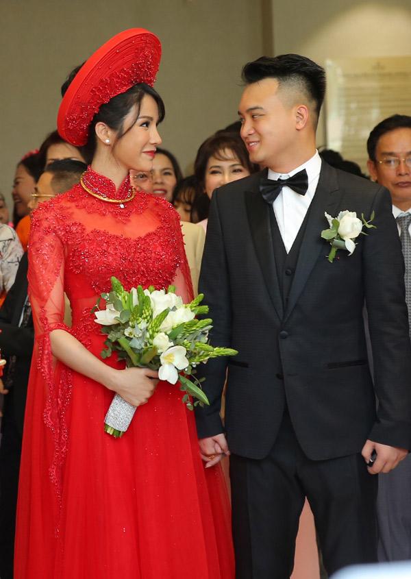 Sau khi làm lễ gia tiên ở nhà gái, đôi uyên ương nắm tay nhau ra xe hoa.