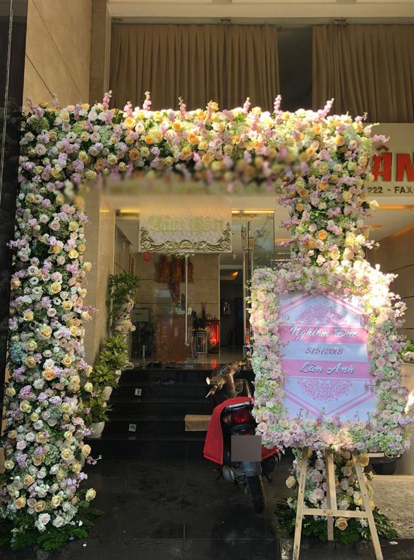 Nhà chú rể Nghiêm Đức ngay mặt tiền khu vực trung tâm Sài Gòn. Trước cửa trang trí hoa hồng vàng và trắng là loại hoa yêu thích của Diệp Lâm Anh.