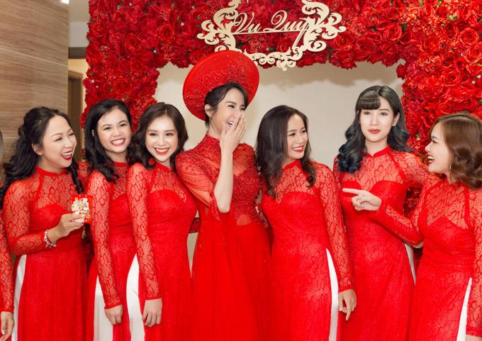 Diệp Lâm Anh vui vẻ bên dàn phù dâu.
