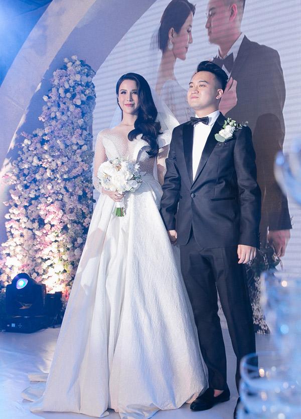 Diệp Lâm Anh nắm chặt tay chú rể Nghiêm Đức, chuẩn bị thực hiện các nghi thức trong tiệc cưới.