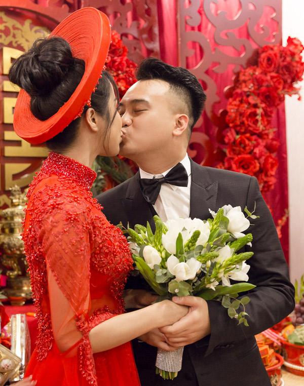 Tân lang tân nương say đắm hôn nhau.