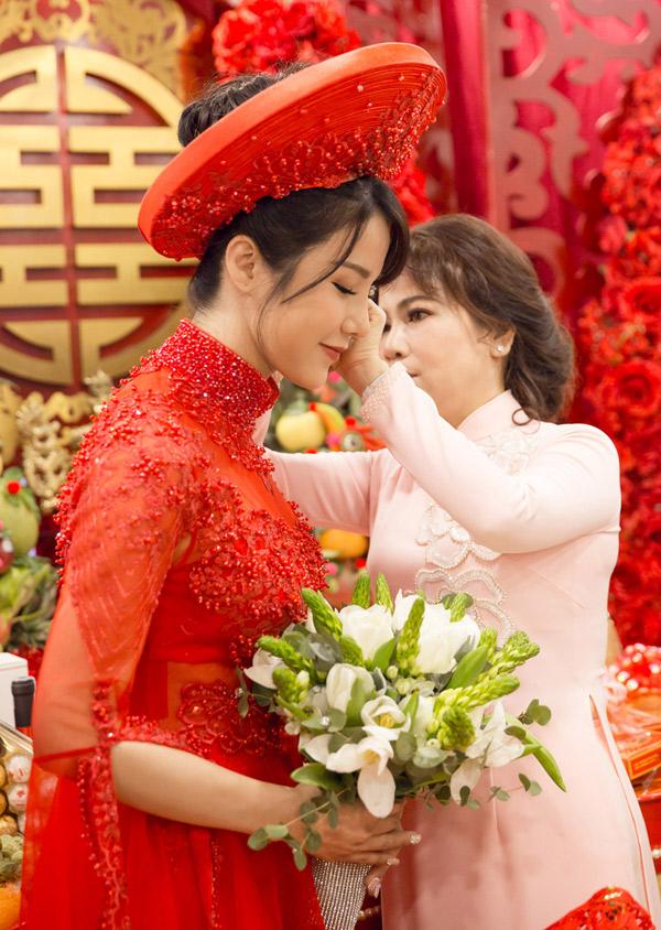 Diệp Lâm Anh được mẹ chồng tặng trang sức cưới.