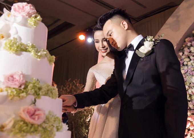 Diệp Lâm Anh rạng rỡ hạnh phúc bên chồng trẻ.
