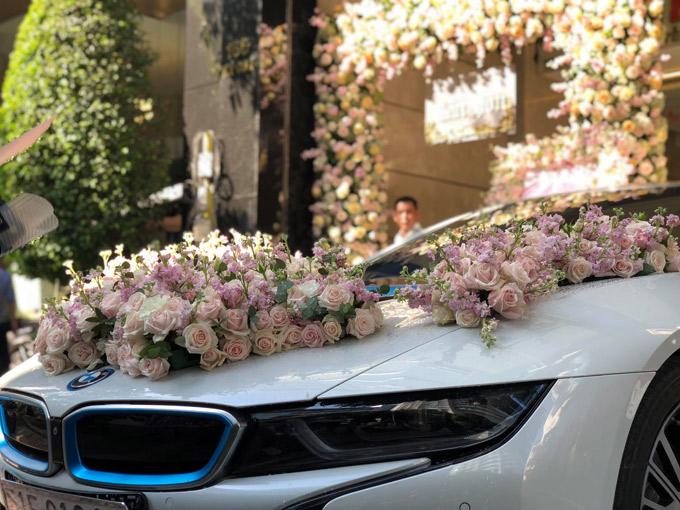 Chiếc xe sang hai cửa của thiếu gia sinh năm 1990 được kết hoa hồng trước đầu xe.